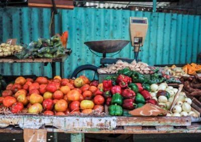10 Etal de fruits et legumes au marche local