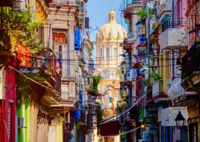 10 Rue dans la Vieille Havane vue sur le Palais presidentiel