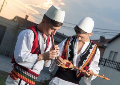 2 Musiciens en costume albanais traditionnel