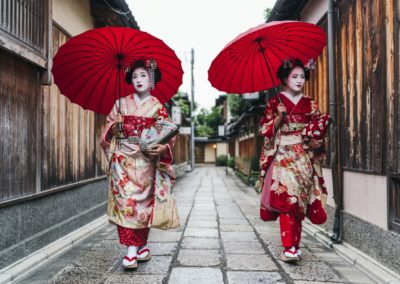 3 Meikos dans une rue de Gion