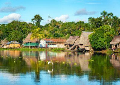 9 Village sur les rives du fleuve Amazone