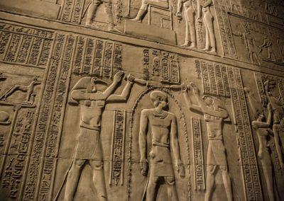 Hieroglyphes dans les tombeaux et temples egyptiens