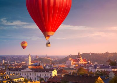 Survol de Vilnius au lever du soleil