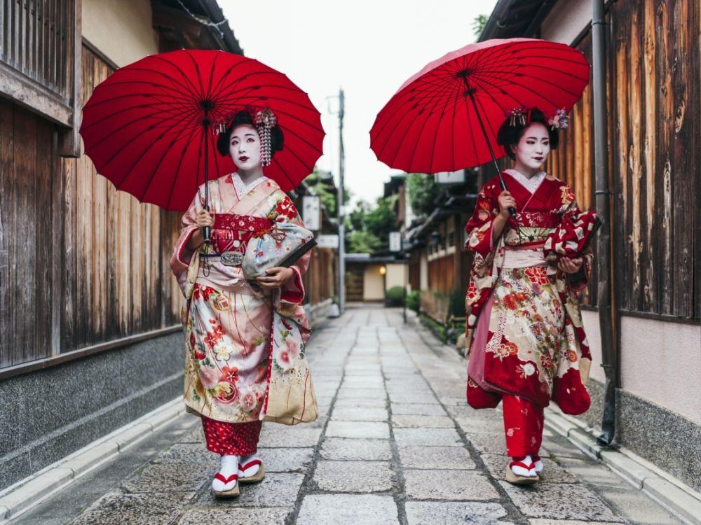 Maikos dans une rue de Gion